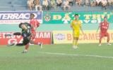 """Kết quả vòng 2 V-League 2010, B.Bình Dương - Nam Định 2-1: Trọng tài """"bẻ còi"""" giúp khách, nhưng B.Bình Dương vẫn thắng!"""