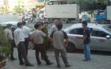 Xe taxi bị nhốt giữa đường