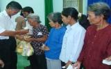 Ban đại diện cộng đồng người hoa TX.TDM: Tặng quà cho đồng bào dân tộc thiểu số nghèo ở huyện Dầu Tiếng