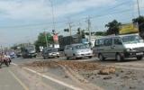 Cần phạt nặng xe chở đất để rơi vãi trên đường