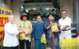 Bác Huỳnh Văn Ráng tặng quà cho hộ nghèo