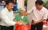 Tặng quà, khám bệnh cho người nghèo xã Hiếu Liêm