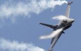 Mỹ: máy bay chiến đấu hộ tống máy bay dân sự hạ cánh