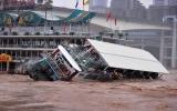 Trung Quốc: Nhà hàng nổi bị lật trên sông