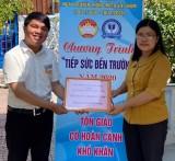 Câu lạc bộ tiếng anh vì cộng đồng: Trao học bổng tiếp sức đến trường cho thiếu nhi