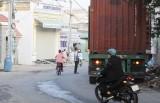 Cần xử lý xe container vô tư chạy vào hẻm