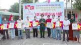 朔庄省边防部队向渔民赠送国旗和胡志明主席肖像