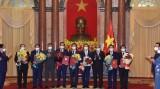 越南国家主席阮春福向2021-2026年任期政府成员颁发任命书