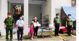 Thăm hỏi và động viên gia đình bảo vệ dân phố hy sinh khi làm nhiệm vụ