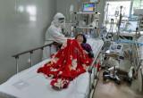 """Cảm động """"cựu F0"""" chăm sóc bệnh nhân Covid-19"""