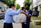 Trao quà người lao động, tình nguyện viên