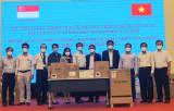 接收(新加坡)胜科集团捐赠的许多医疗设备