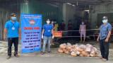 Trao quà hỗ trợ của nhà hảo tâm cho người ở trọ tại TP.Thuận An
