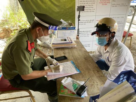 Nhân viên y tế sửa giấy xét nghiệm Covid -19 để thông chốt
