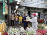 Các nhóm thiện nguyện TP.Hồ Chí Minh trao hơn 4000 phần quà cho người dân Bình Dương