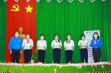 Tỉnh đoàn trao tặng học bổng cho học sinh khó khăn