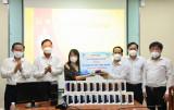 Trao tặng túi thuốc điều trị Covid tại nhà và thiết bị học trực tuyến cho học sinh