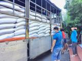 Tiếp nhận hàng chục tấn hàng hóa hỗ trợ người lao động