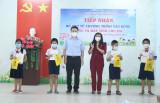 TP.Thuận An: Trao tặng thiết bị học tập cho học sinh có hoàn cảnh khó khăn