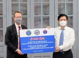 Dịch COVID-19: Bộ Y tế tiếp nhận 77 tủ lạnh âm sâu do Hoa Kỳ viện trợ