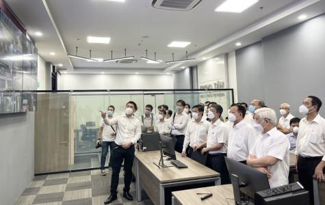 Lãnh đạo tỉnh thăm trung tâm dữ liệu và điều hành thông minh của Tổng công ty Becamex IDC